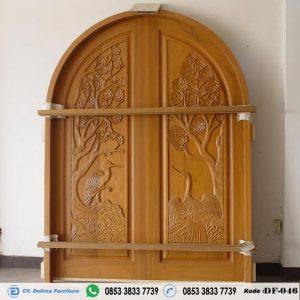 Pintu Kupu Tarung Lengkung Ukiran Klasik