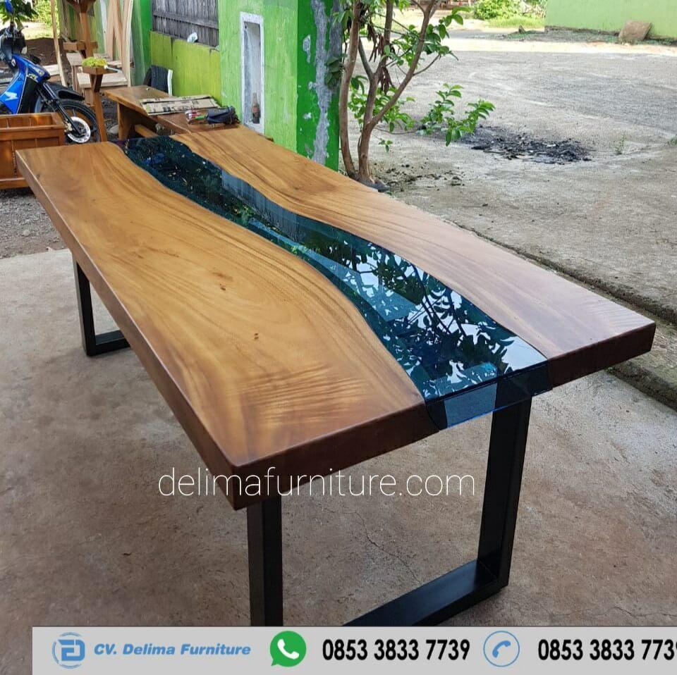 Meja Makan Kayu Solid River Kaca Biru